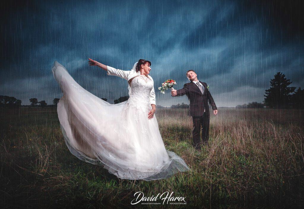 Hochzeitsfotos im Regen müssen nicht in Wasser fallen wenn Sie einen Profi wie David Harex am Start haben.